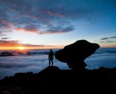 Assunto:Turista contempla o amanhecer em mirante no topo do Monte Roraima Local:Parque Nacional do Monte Roraima - Uiramutã-RR Data:01/04/2015 Autor: Tales Fernandes/Pulsar Imagens